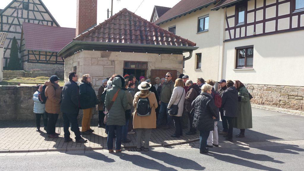 Das Bild zeigt die Gäste vom Frankenbund vor dem Gompertshäuser Backhaus.