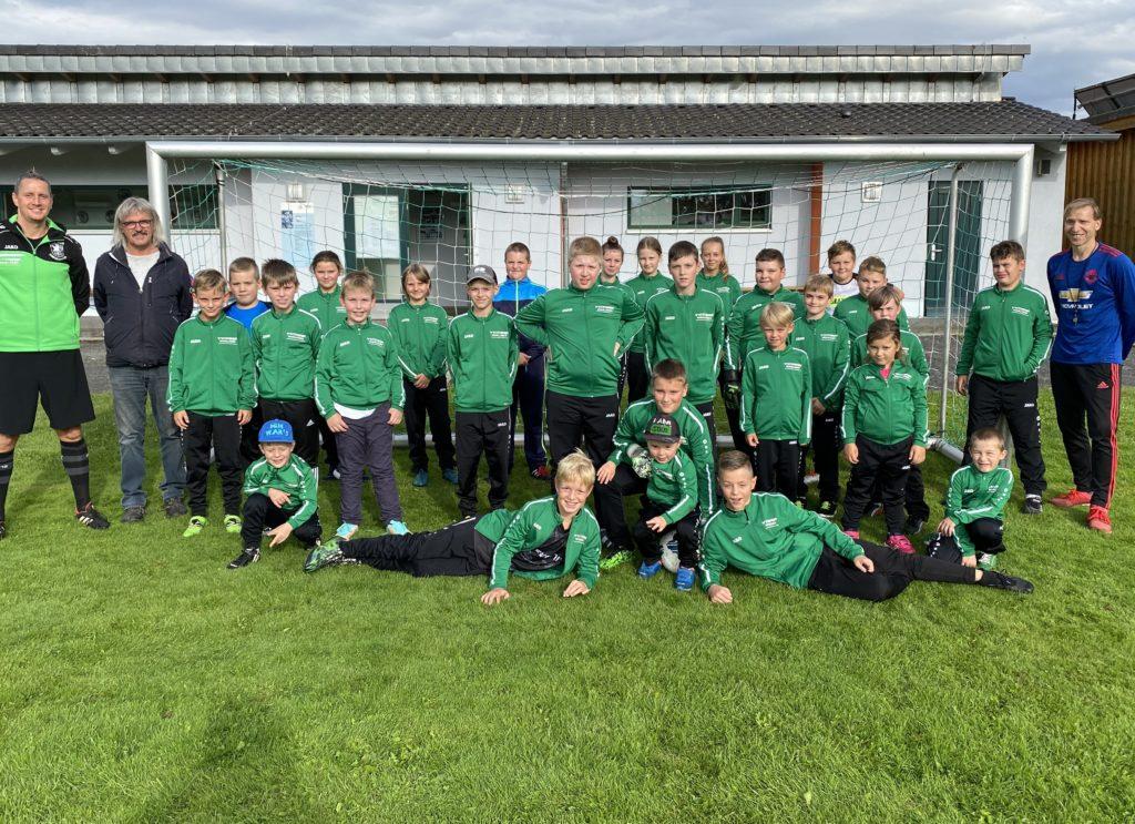 Gruppenbild der Fußball-Junioren mit Trainern und Sponsor Raimar Sakautzky