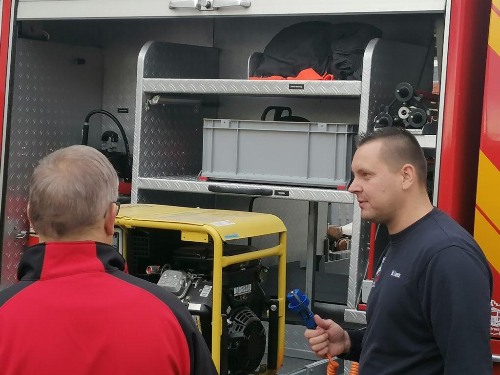 Herr Lenz vor dem neuen alten Feuerwehrfahrzeug