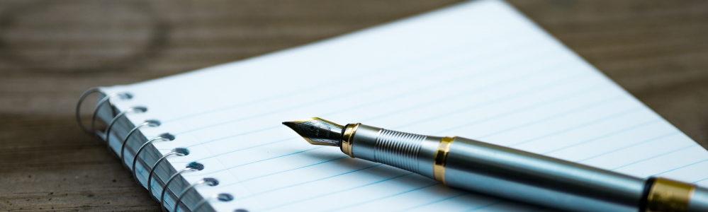 Stift und Schreibblock zur Darstellung von Verwaltungstätigkeiten