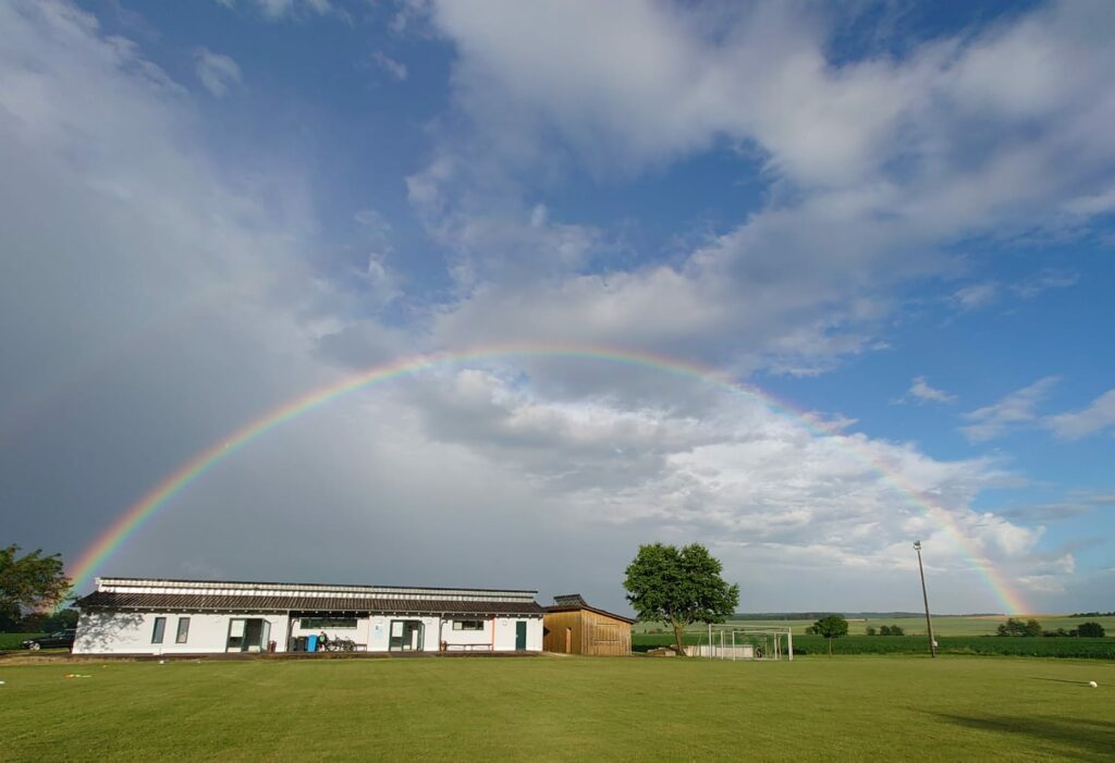 Regenbogen über dem Sportlerheim