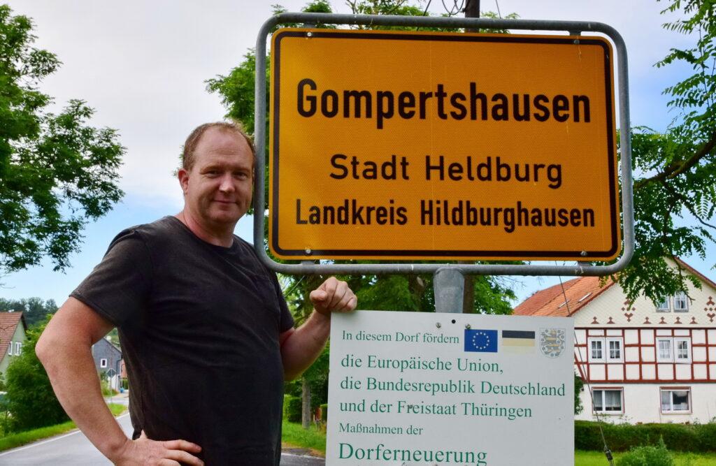 Ulrich Lippmann am Ortsschild